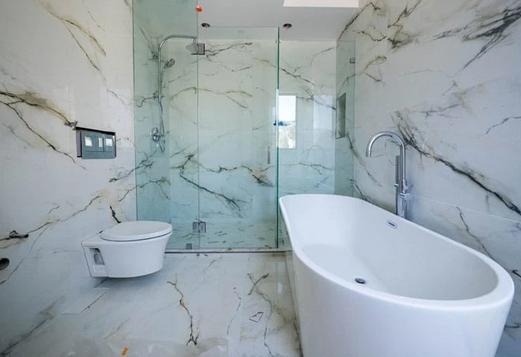 Panneaux muraux et baignoire de douche